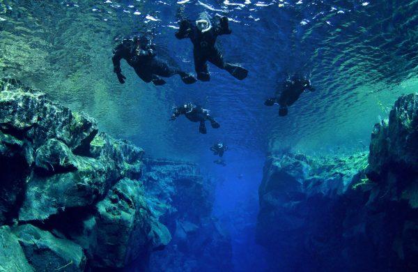Groupe de snorkeleurs dans la faille de Silfra en Islande