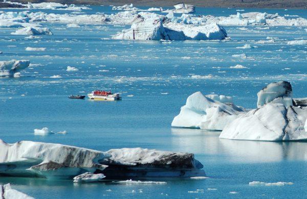 Photo d'un véhicule amphibie dans le lagon aux icebergs