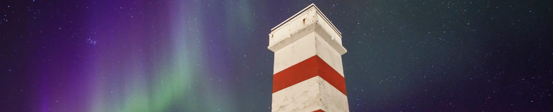 Observation des aurores boréales depuis un phare