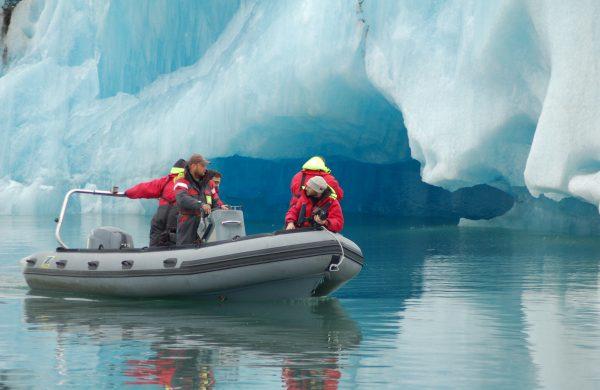 Photo d'un zodiac dans le lagon aux icebergs