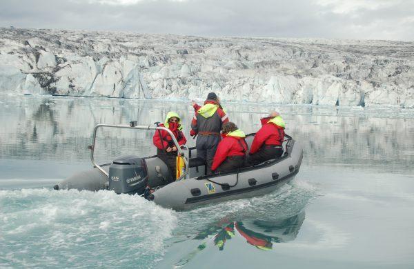 Photo d'un zodiac dans le lagon aux icebergs naviguant vers le glacier