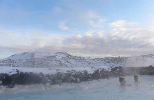 Deux femmes qui se prélassent dans les bainds chauds naturels de Myvatn en Islande