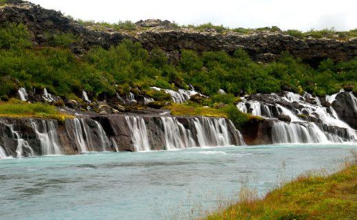 Vue des cascades de Hraunfossar et Barnafoss dans le Borgarfjörður