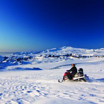 Peronne en motoneige sur un glacier
