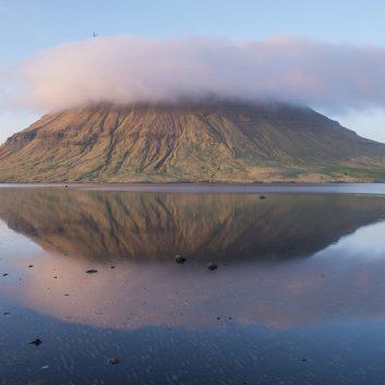 Vue du mont Kirkjufell dans la péninsule du Snaefellsnes sous le brume