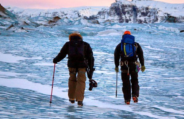 Deux hommes marchent sur un glacier