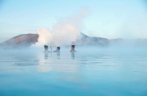 Trois femmes se prélassant des les eaux chaudes du Blue Lagoon en Islande