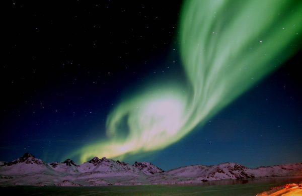 Observation des aurores boréales au-dessus de montages