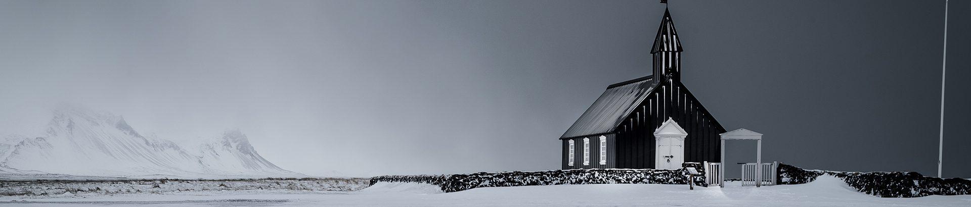 Vue de l'église de Búðir en hiver dans la péninsule de Snaefellsnes