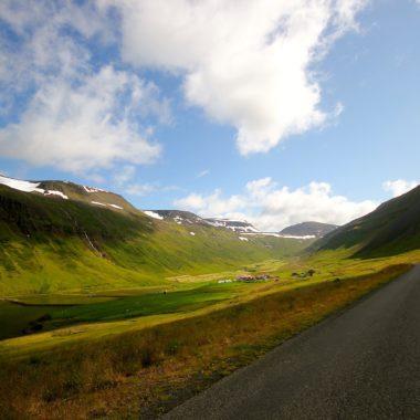 Islande au naturel : vue d'une route en Islande en été