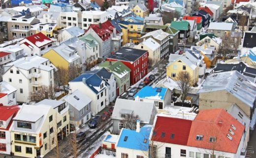 Vue aérienne des maisons colorées de Reykjavík
