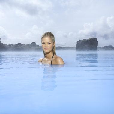 Femme se prélassant des les eaux chaudes du Blue Lagoon en Islande
