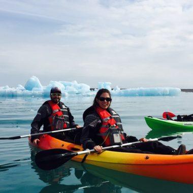 Personnes en kayak sur le lagon aux icebergs