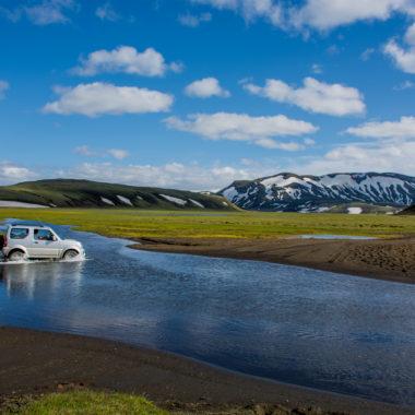 Une voiture traversant un gué dans les hautes terres en Islande
