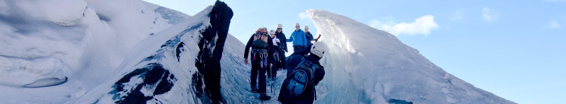 Personnes marchant sur un glacier en Islande