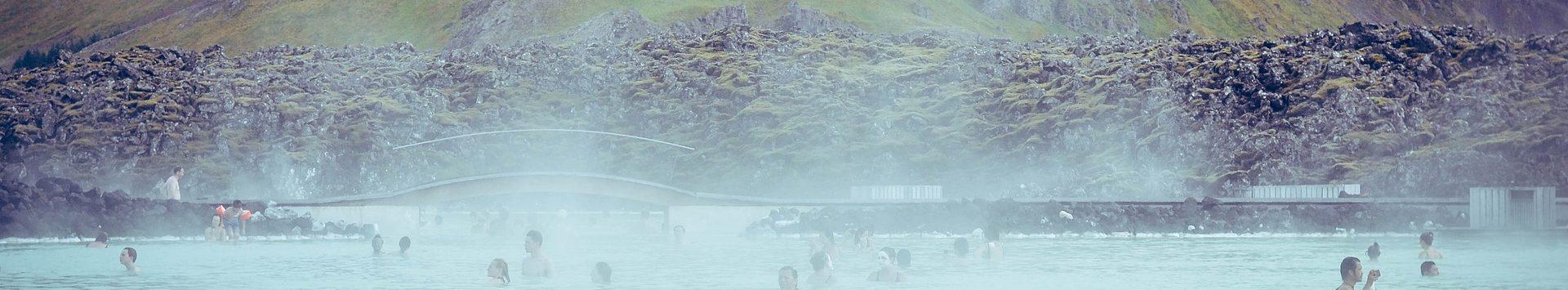 Personnnes se prélassant des les eaux chaudes du Blue Lagoon en Islande