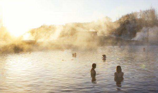 Personnes se baignant dans les sources chaudes du Secret Lagoon en Islande