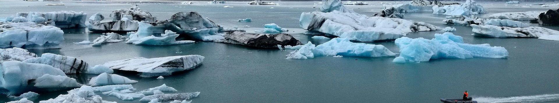 Photo aérienne d'un zodiac dans le lagon aux icebergs